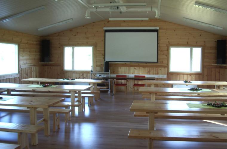 Sörjälän kylätalon sali taipuu niin kokouksiin kuin juhliinkin. Kuva: Henna Kokkonen